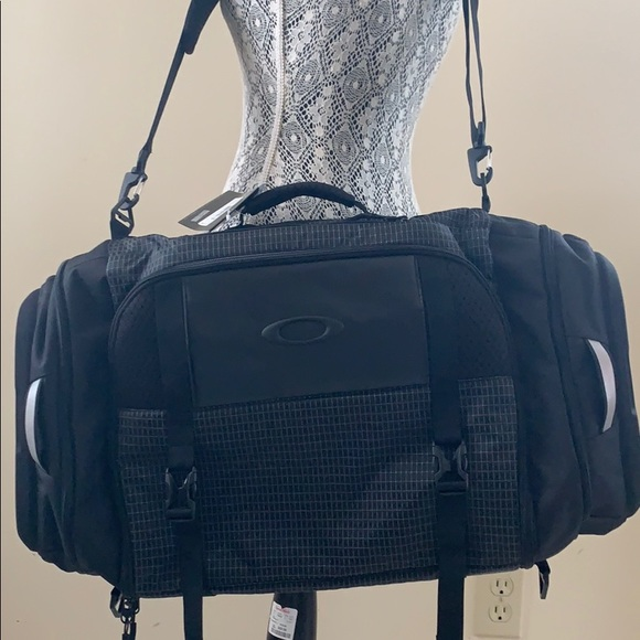 New Oakley Travel Gym Bag 47a39a3e443bd